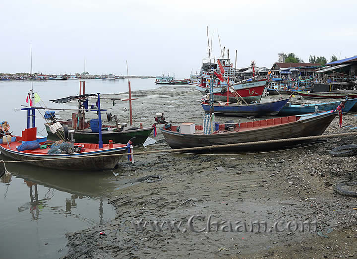 Harbor of Cha-Am in mud