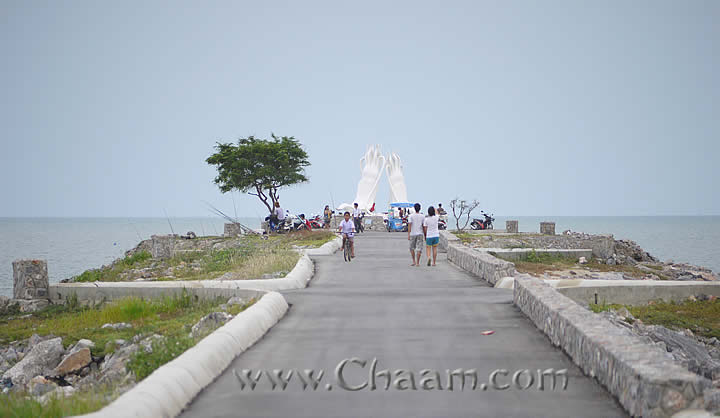 Promenade to squid monument Cha-Am